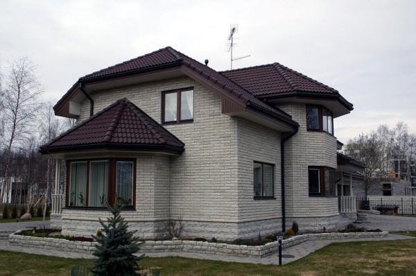 Отделка искусственным камнем фасада частного дома