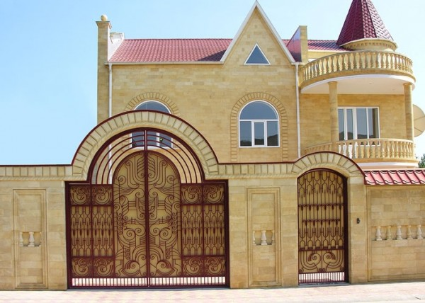 Колонны и балясины из камня, как архитектурные элементы фасада