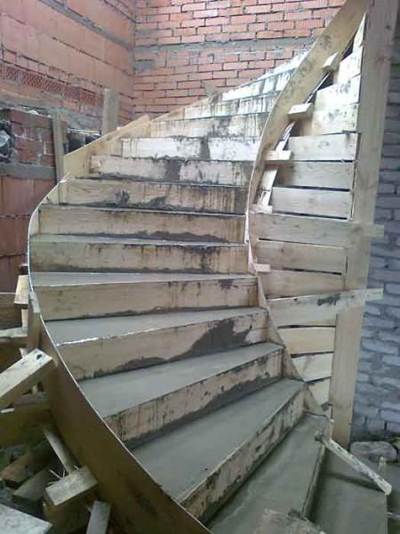 Изготовление лестницы в процессе строительства