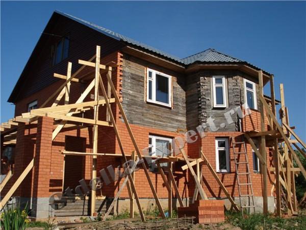 Деревянное строение обкладывается декоративным кирпичом