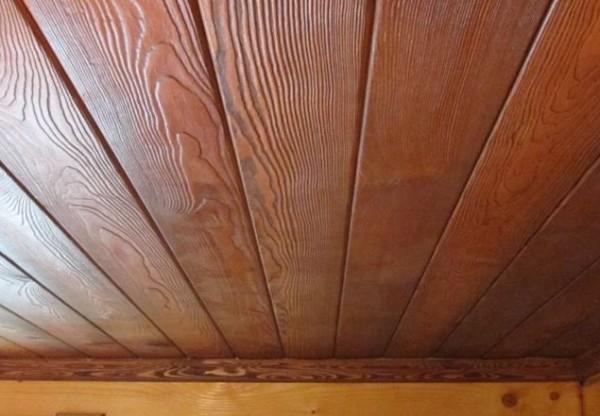 Отделка потолка древесиной