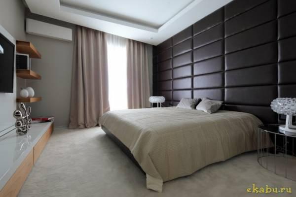 Отделка стены спальни кожаными панелями