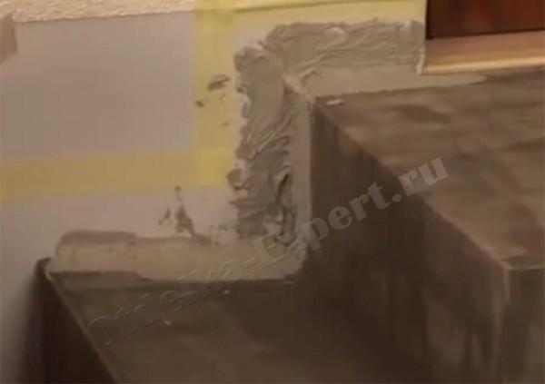 Скотч на прилегающей стене