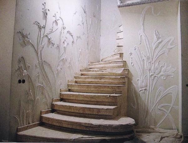 Структурная штукатурка на стене вдоль лестницы