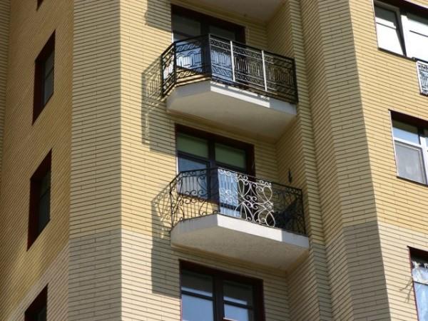 Многоэтажный дом, облицованный фиброцементными панелями
