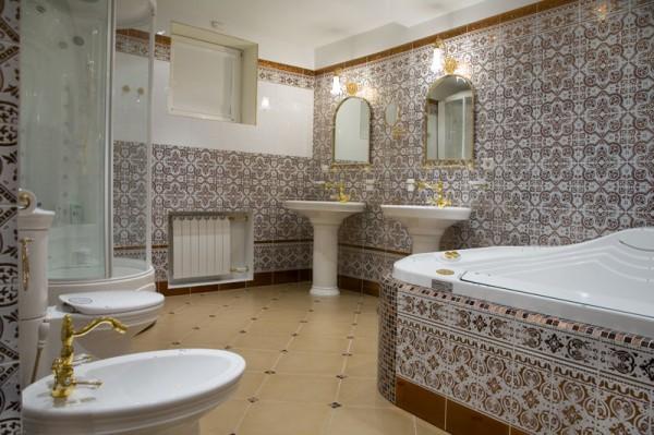 Ванная комната в кирпичном доме