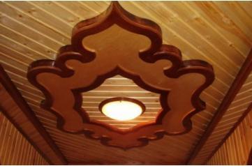 Вариант комбинированной отделки потолка в деревянном доме