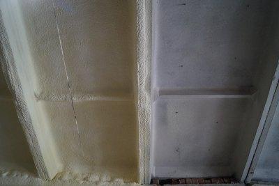 Часть потолка с напылением ППУ