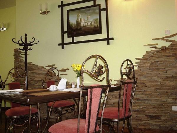 Декоративный камень в интерьере небольшого кафе