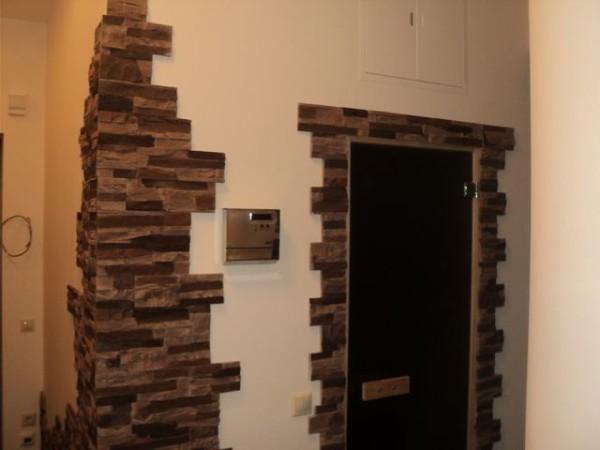 Декоративный камень в отделочных работах дверей