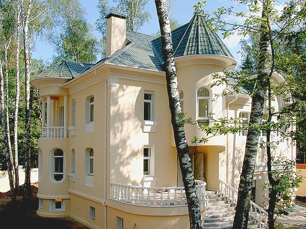 Фасад кирпичного коттеджа