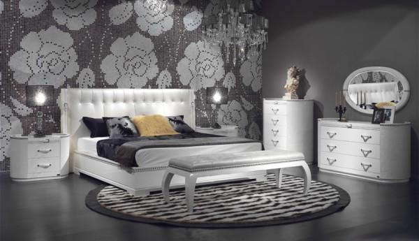 Мозаичное панно на стене в изголовье кровати
