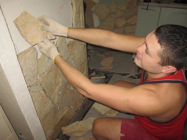 Нанесение декоративных элементов на стену