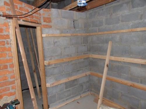 Обрешетка устанавливается по периметру всех стен