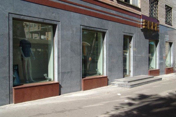 Плиты из натурального камня в дизайне фасада