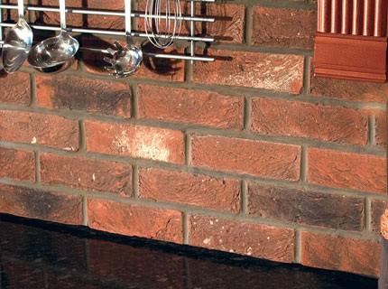 Применение плитки под камень в рабочей кухонной зоне