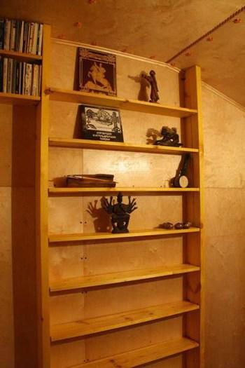 Стены и стеллажи, заклепки и фактура дерева придают стиль и современность