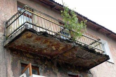 Такое фото не оставляет сомнений в том, что эксплуатация балкона очень опасна, а его ремонт необходим