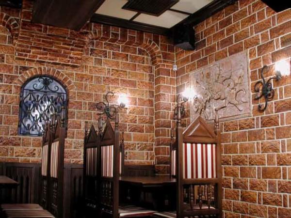 Терракотовая плитка в отделке стен ресторана