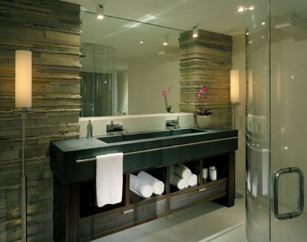 Каменные колонны в ванной комнате, обрамляющие и поддерживающие зеркало чудо дизайна