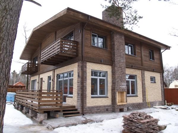 Комбинированная фасадная облицовка деревянного дома