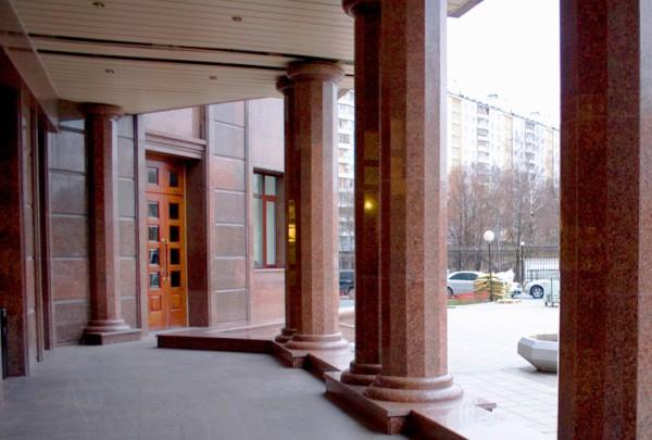 Многогранные колонны с гранитной облицовкой