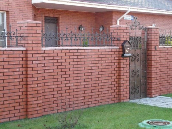 Надежный кирпичный забор