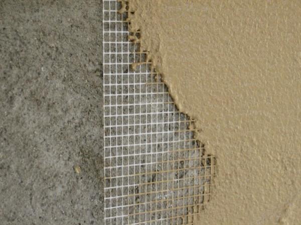 Наносим сетку на цоколь и выравниваем поверхность