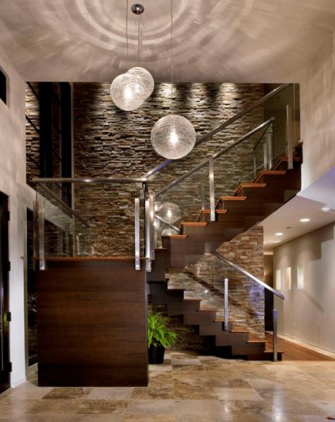Натуральный камень на стене впечатляет своей монументальностью