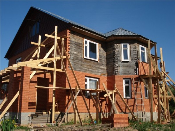 Облицовка деревенского дома кирпичом