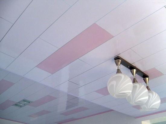 Облицовка пластиковыми панелями потолка