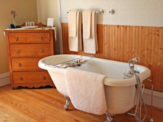 Отделка ванной комнаты материалом из осины