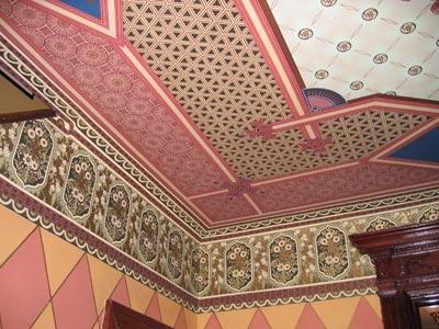 Потолок, отделанный водостойкими обоями в восточном стиле
