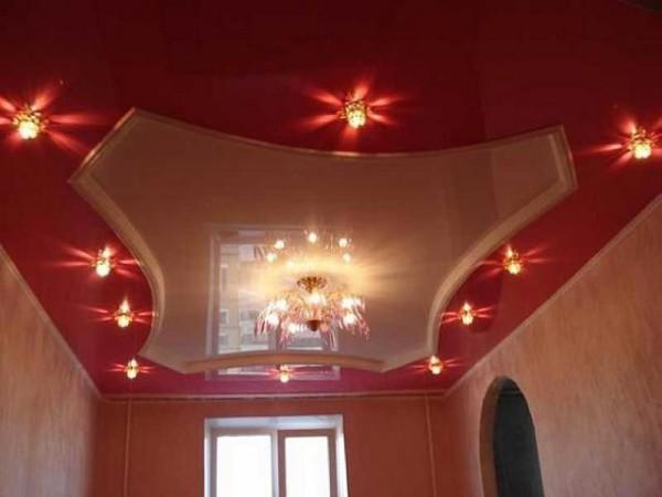 Потолок в гостиной из двух уровней