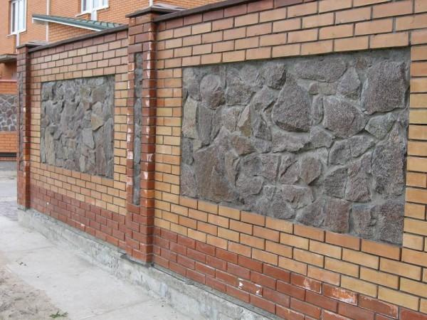 Стильный забор, облицованный каменной плиткой
