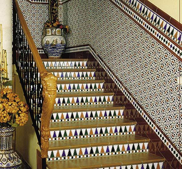 Тандем керамики и керамогранита в дизайне лестницы