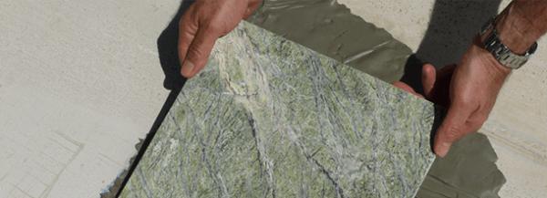 Установка мраморной плиты при помощи бетонной смеси