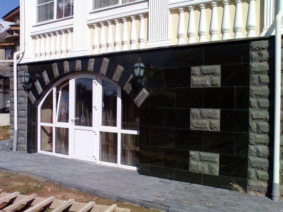 Здание с высоким цоколем