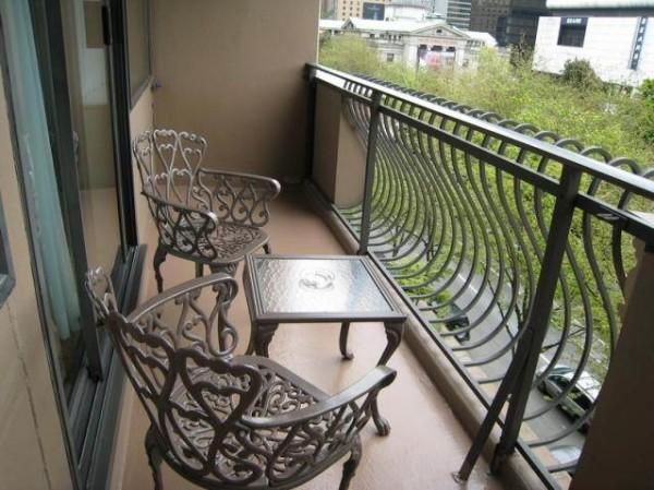 Материалы для облицовки балконов: штукатурка и краска