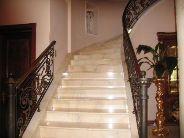 Облицовка плиткой лестницы