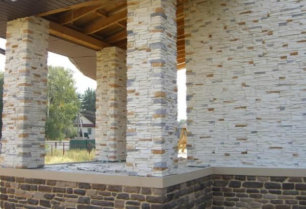 Оформление колонн при помощи природного камня