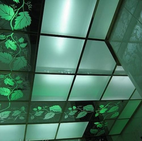 Особенности стеклянных потолочных панелей