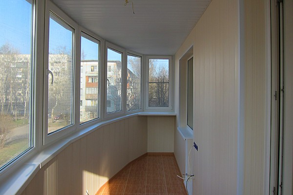 Пластик и МДФ в обшивке балкона