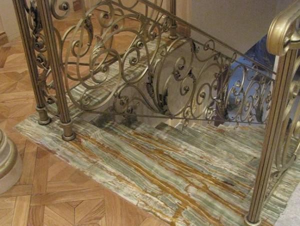 Ступени лестницы, облицованные ониксом
