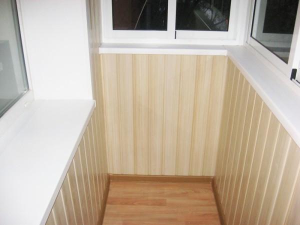 Балкон с отделкой ПВХ панелями.