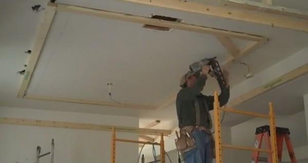 Как и чем выполняется отделка потолка