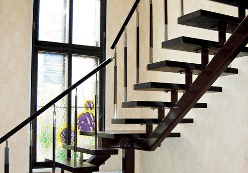 Металлическая лестницы с деревянными ступенями