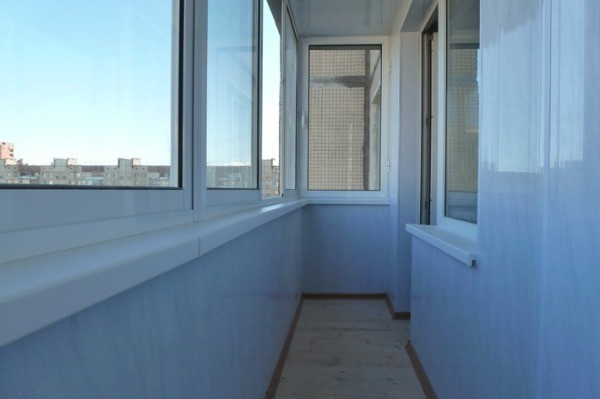 Отделка балкона ПВХ панелями с глянцевой поверхностью.