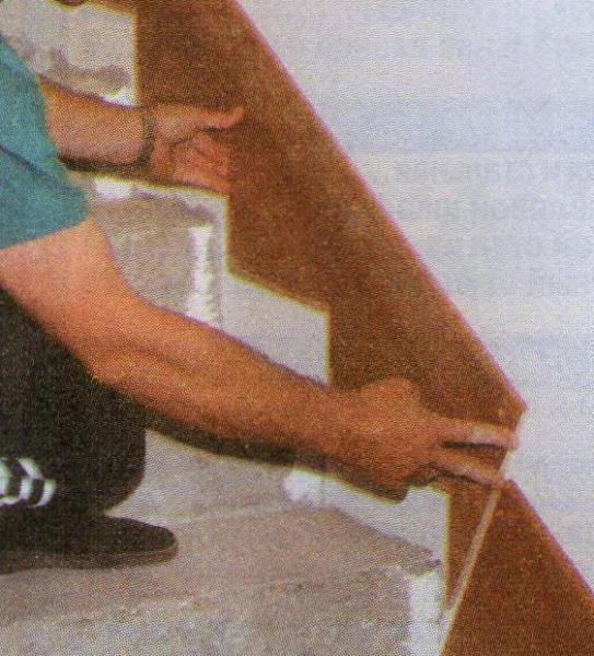 Отделка поверхности стены возле лестницы