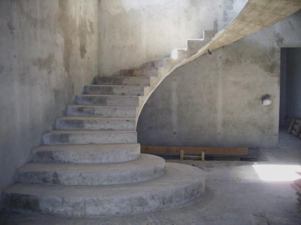 Подготовленная к отделке монолитная лестница